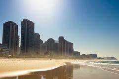 Lyxiga andelsfastighetbyggnader i stranden Arkivfoto