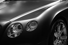 Lyxiga Bentley GT Mulliner i svartvitt royaltyfria foton