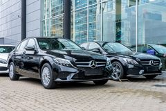 Lyxiga bilar Mercedes-Benz C och e-gruppparkingin som en rad av bilen lagrar Ryssland St Petersburg 09 Oktober 2018 arkivbilder
