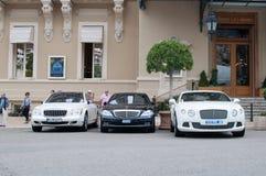 Lyxiga bilar utanför Monte Carlo Casino Royaltyfri Foto