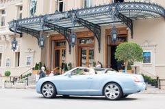 Lyxiga bilar utanför Monte Carlo Casino Arkivfoto