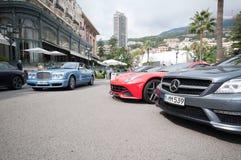 Lyxiga bilar utanför Monte Carlo Casino Fotografering för Bildbyråer