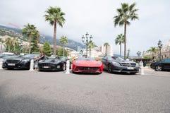 Lyxiga bilar utanför Monte Carlo Casino Arkivbilder