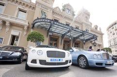 Lyxiga bilar utanför Monte Carlo Casino Royaltyfri Bild