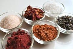Lyxiga brunnsortbadsaltingredienser, closeup royaltyfria bilder