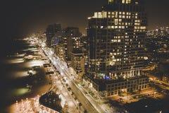 Lyxiga byggnader i bostads- skyskrapor för telefon Aviv Luxury i Tel Aviv Bästa sikt av vägen längs kusten och stranden i arkivfoton