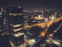 Lyxiga byggnader i bostads- skyskrapor för telefon Aviv Luxury i Tel Aviv Bästa sikt av vägen i nattstaden uteliv av arkivfoto