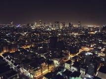 Lyxiga byggnader i bostads- skyskrapor för telefon Aviv Luxury i Tel Aviv Bästa sikt av vägen i nattstaden uteliv av royaltyfria bilder