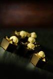 Lyxiga choklader för hasselnöt- och bränd mandelmousselikör Royaltyfria Bilder