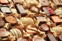 Lyxiga choklader i ask Royaltyfri Foto