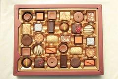 Lyxiga choklader i ask Arkivfoton