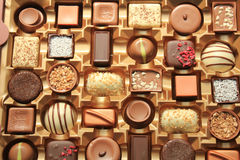 Lyxiga choklader i ask Arkivbild