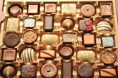 Lyxiga choklader i ask Arkivfoto