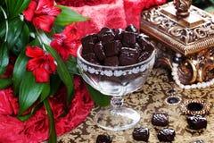 Lyxiga choklader i en stilleben med den guld- casketen Royaltyfri Fotografi