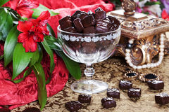Lyxiga choklader i en stilleben med den guld- casketen Royaltyfri Foto