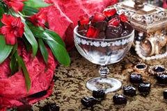 Lyxiga choklader i en stilleben med den guld- casketen Arkivbild