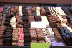 Lyxiga choklader på en lagerskärm Arkivbild