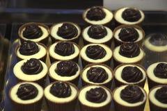 Lyxiga choklader på en lagerskärm Arkivbilder