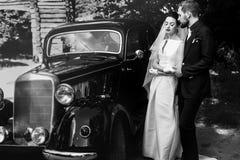 Lyxiga eleganta händer för bröllopparinnehav på bakgrund av vageln Royaltyfria Bilder