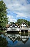 Lyxiga flodstrandhus i England Fotografering för Bildbyråer