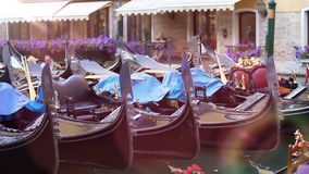 Lyxiga gondoler anslöt på att förtöja, transport för vip-gäster eller ceremonier arkivbild