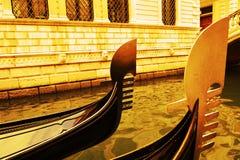 Lyxiga gondoler i tappningtoner, Venedig, i Italien, Europa Royaltyfri Fotografi