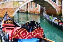 Lyxiga gondoler mot tegelstenarna, Venedig, Italien arkivbild