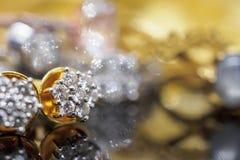 Lyxiga guld- smyckendiamantörhängen med reflexion arkivbilder
