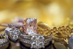 Lyxiga guld- smyckendiamant- och rosa färgtopascirklar arkivfoto