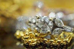 Lyxiga guld- smyckendiamantcirklar med reflexion fotografering för bildbyråer
