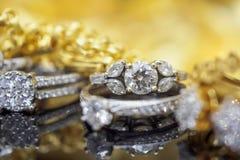 Lyxiga guld- smyckendiamantcirklar med reflexion royaltyfri bild