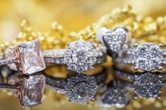 Lyxiga guld- smyckendiamantcirklar med reflexion arkivbild