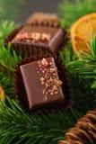 Lyxiga handgjorda konfektar på julbakgrund arkivbild