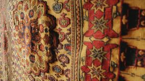 Lyxiga handgjorda mattor av naturlig ull som hänger i studion, hantverk stock video