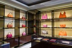 Lyxiga handväskor i shoppa Arkivbilder