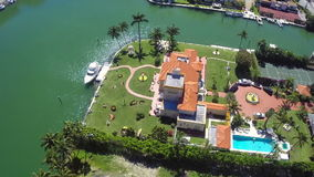 Lyxiga herrgårdar i Miami Beach antennvideo Arkivbild