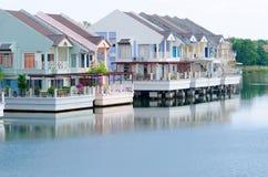 Lyxiga hus på en lake royaltyfri fotografi