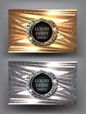 Lyxiga kort för inbjudan för för nattpartiguld och silver med tappningramar och brusanden vek tygbakgrund Royaltyfri Foto