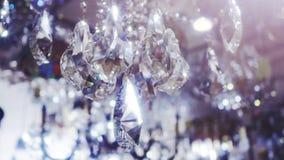 Lyxiga kristaller av en klassisk ljuskrona lager videofilmer