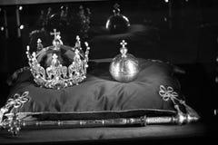 Lyxiga kronasmycken på röd satäng B&W Royaltyfri Foto