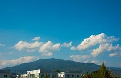 Lyxiga lägenheter & x28; condo& x29; och blå himmel arkivbilder