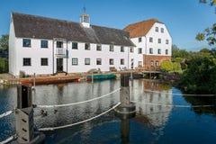 Lyxiga lägenheter på flodThemsen, England Royaltyfri Foto