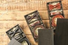 Lyxiga män utrustar i svarta askar på bakgrund Arkivbilder