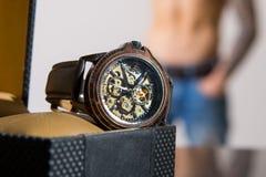 Lyxiga mäns armbandsur som visas och som är emballerat i en ask arkivbild