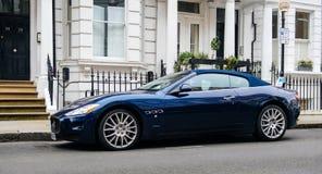 Lyxiga Maserati blått GranCupe framme av det engelska radhuset Arkivbilder