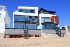 Lyxiga moderna strandhem Fotografering för Bildbyråer