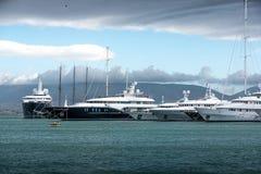 Lyxiga motorbåtar och yachter på skeppsdockan Marina Zeas Piraeus, Gr arkivbilder