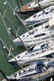 Lyxiga och dyra yachter och motoriska fartyg förtöjde i touen Arkivfoto