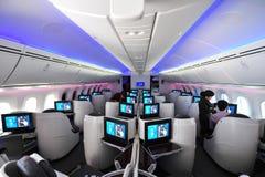 Lyxiga och rymliga platser för affärsgrupp i en Qatar Airways Boeing 787-8 Dreamliner på Singapore Airshow Royaltyfria Bilder