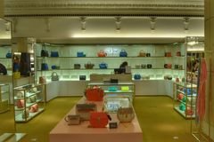 Lyxiga påsar shoppar inre Harrods Royaltyfri Foto